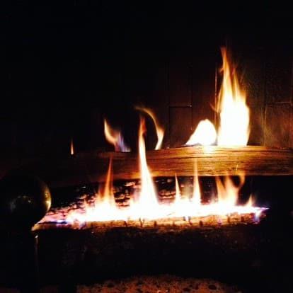 Årstiderne i Provence vintersæsonen med ild i pejsen.